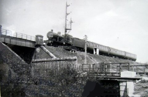 Glasgow bound train passing over Dummy Railway at Shanks Pottery, thanks to Ian Duff of Barrhead