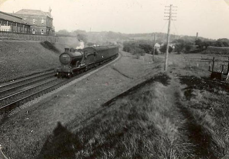 Meikleriggs junction, Canal Line. Train is passing Ferguslie Mill.  - GH Robin